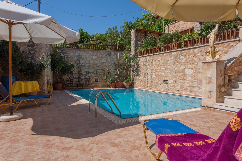 Chania village 3 maisons et 3 studios avec piscine for Chambre a coucher entiere